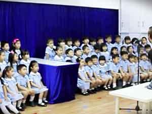 Coro de niños le canta a Dios