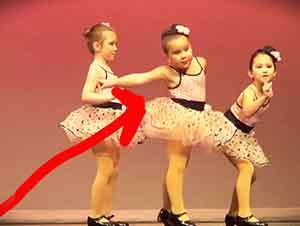 Pequeña bailarina se roba la atención de todos.