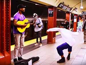 Bailarín y músico se juntan en un metro subterráneo!