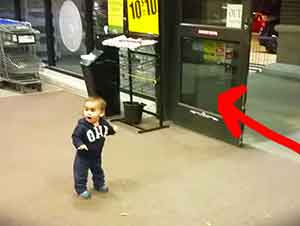 Reacción de bebé al ver puertas automáticas