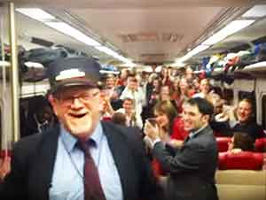 Conductor de trenes dirige grupo coral en un tren.