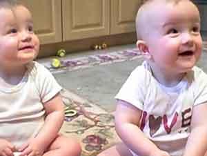 Gemelos bebés imitan el estornudo de su padre