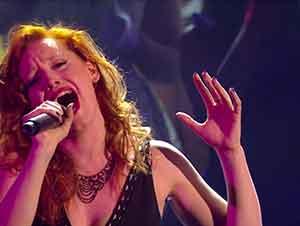 """Cantante interpreta """"Amazing Grace"""" en un concurso de talento."""