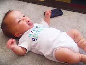 Pequeño bebé sabe bailar muy bien!