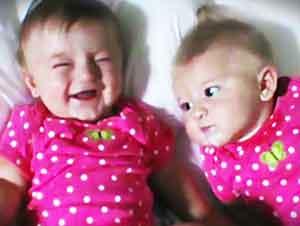 Bebita Gemela Hace Reír a Su Hermana