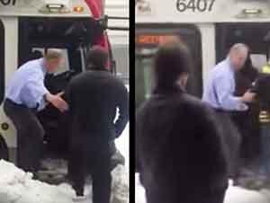 Conductor del autobús ayuda a los pasajeros a subir.