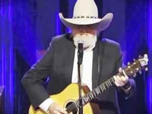 """Estrella de la música country canta """"Softly and Tenderly"""""""