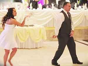 Padre de la novia baila en medio de la boda con los novios.