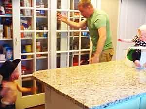 Papá Baila Con Sus Hijos En La Cocina De La Casa