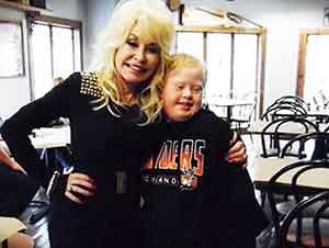 Dolly Parton trato a uno de sus fan con mucho cariño y respeto.