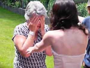 Nieta sorprende a su abuelita con un vestido