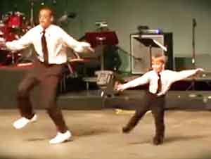 """Pequeño bailarín de """"tap"""" con un gran talento"""