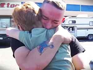 Niña de 8 años le da una sorpresa a su hermano soldado.