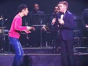 Estrella De La Música Sorprende a La Gente Con Un Fan Que Baila Así…