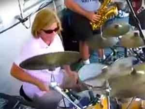 Madre sorprende a todos en la audiencia cuando toca la batería.