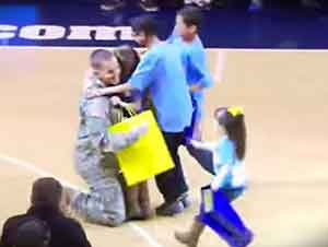 Soldado tiene una sorpresa hermosa para sus hijos.