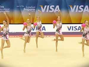 Cinco gimnastas con cinco pelotas y toda una pista de baile para ellas
