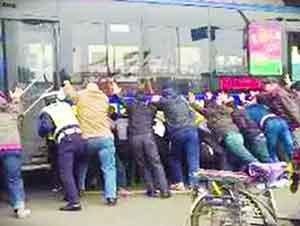 Hombre es rescatado de ser aplastado por un autobús.