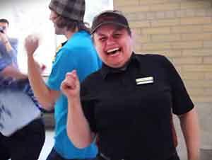 Clientes sorprenden a esta cajera con un baile espontáneo.