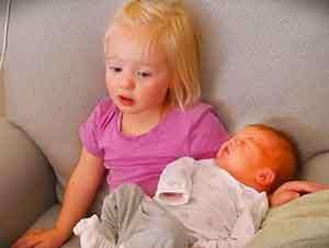 Niña pequeña cree que su mama tiene muchos bebés!