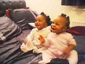Dos bebitas gemelas hacen reír a mamá con su forma de bailar