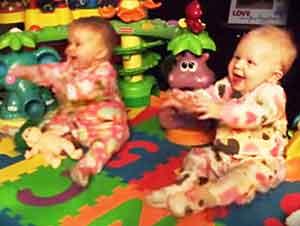 Gemelos bebés se emocionan al ver a papá!