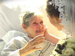 Novia sorprende a su abuela en el hospital el dia de su boda.