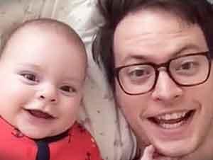 Papá Hace Travesuras Con Su Hijo Mientras Mamá No Esta