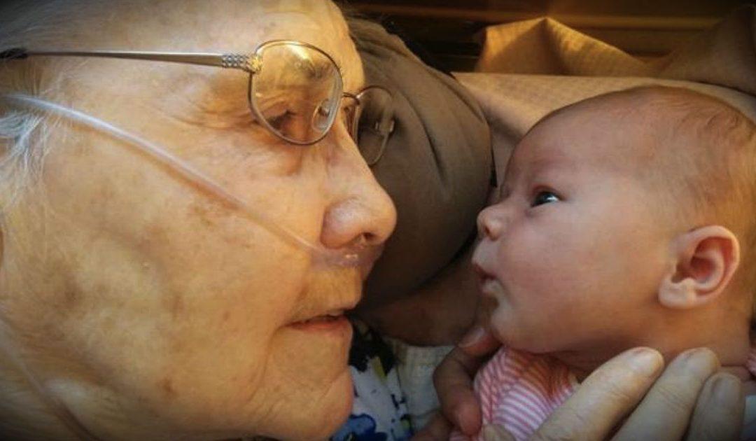 Una Recién Nacida De 2 Días Acaba De Conocer a Su BisAbuela Y Se Ha Difundido Por Todo El Internet!