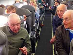 Cuarteto De Música Canta En Un Avión Que Se Retraso