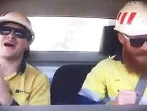 Mineros Rudos Cantan Adentro Del Carro Con La Radio A Todo Volumen
