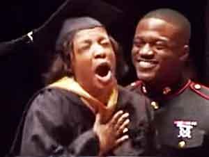Madre Recibe Su Diploma De Graduación De La Mano De Su Hijo