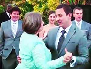 Novio Baila Con Su Madre En La Boda