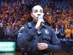 Oficial Canta El Himno Nacional Enfrente De La Gente