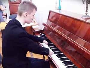 Adolescente Sin Dedos Toca El Piano Increíblemente