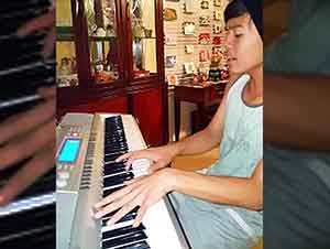"Niño Toca ""You Are SO Beautiful"" En El Piano"