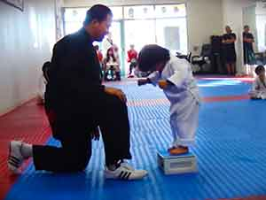 Pequeño Intenta Romper La Tabla En Clase De Tae Kwon Do