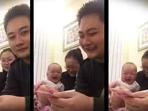 Un Bebé No Para De Reír Cuando Su Papá Cuenta Los Billetes