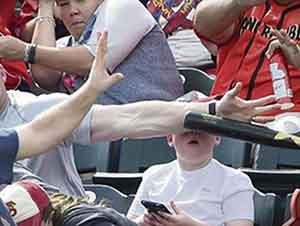 Rápida Reacción de Papá Salva A Niño de Ser Golpeado Con Un Bat De Beisbol