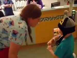 Niño De Cinco Años Propone A Su Enfermera Favorita!