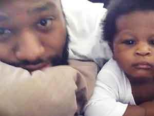 Bebé Se Alegra Al Oír Música Con Su Papá