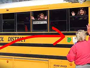 Niños Sorprenden A Su Abuela En EL Camino Escolar