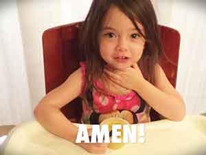 Bebé De Tres Años Aprendiendo A Orar