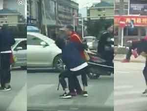 Muchacho Carga A Una Anciana Para Ayudarle A Cruzar La Calle