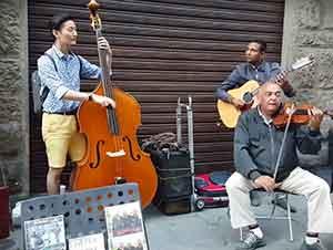 Turista Coreano Toca Con Músicos En La Calle
