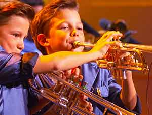 Gemelos De 11 Años Tocan La Trompeta En Un Show