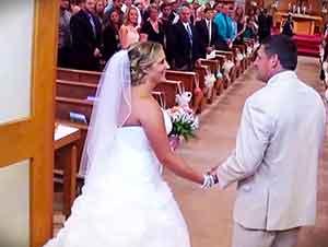 Padre Le Canta A Su Hija Mientras La Lleva Hacia El Altar!