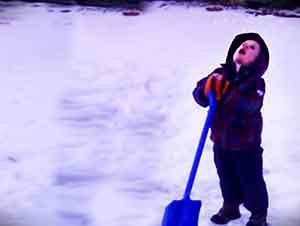 Despues De 10 Minutos De Apalear La Nieve, Este Pequeñin Ya No Podia Mas, Asi Que Mejor Pidio Que Se Calentara El Dia…