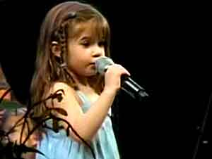 "Niña De 5 Años Canta ""Above All"" En Su Iglesia"