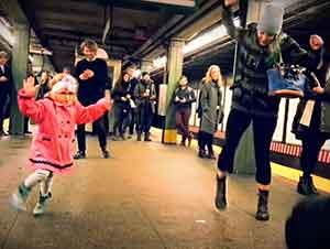 Niña Se Entretiene Bailando Al Son De La Música Mientras Espera El Metro.